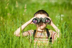 copil cu binoclu